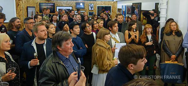 Die Gäste erwarten gespannt die Bekanntgabe des Preisträgers.