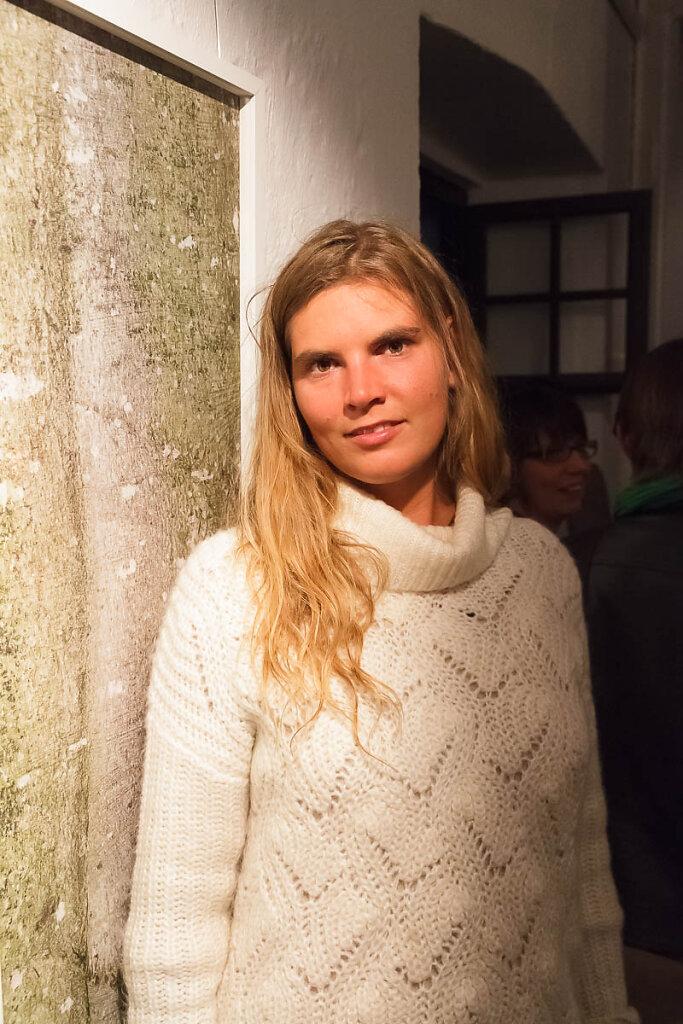 """Lena Casper hatte mich für TV Blockhaus interviewt. Hier steht sie neben dem Bild """"Stamm 2""""."""